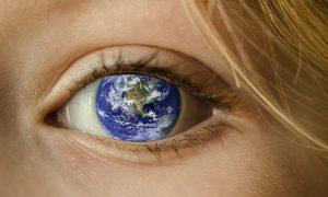Gesunde Augen mit Weltkugel in der Pupille