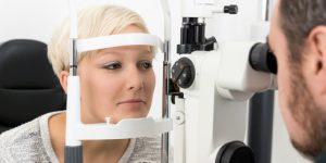 Frau bei Untersuchung zum Weitsichtigkeit lasern